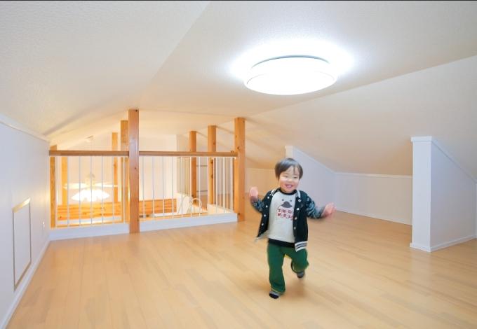 石上建設【子育て、収納力、二世帯住宅】2Fのリビングにあるロフトは広さ約12畳とかなりの収納力。奥行があるので季節ごとに出し入れする電化製品など大きなものもすっきりと収納できる。ちょっと低めの天井とリビングが見下ろせる柵のある手摺。小さなお子さんはもちろん、大人でもワクワクするような秘密基地スペース。