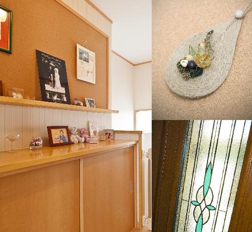 石上建設【子育て、収納力、二世帯住宅】2F階段ホールには大きなコルクボードと飾り棚を兼ねた大きめの収納スペースを。家族の記念写真やかわいい雑貨でにぎやかに飾られ、楽しい空間になっている。小さなお子さんにも使いやすい背の低い棚なので、お片づけにも最適だ。
