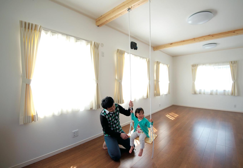 アキヤマ【デザイン住宅、子育て、省エネ】子ども部屋は、3室まで分割できるよう可変性を持たせている。梁にブランコを取り付ける遊び心も