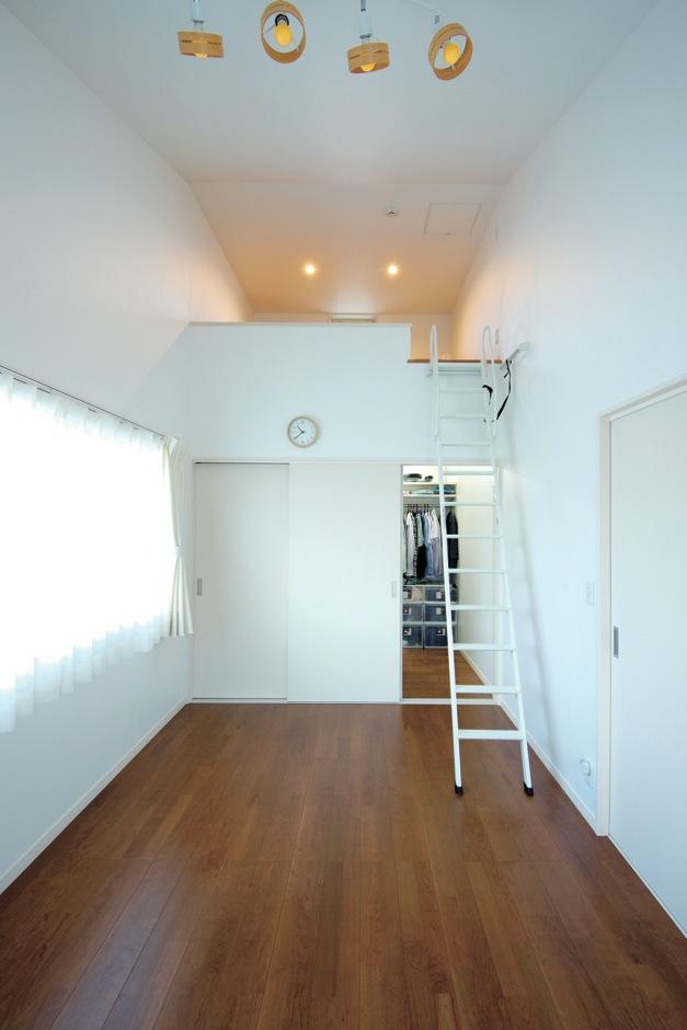 アキヤマ【デザイン住宅、子育て、省エネ】寝室には押し入れとウォークインクローゼットに加え、勾配を活かしたロフトを用意。収納力を高めた