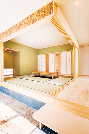SE構法でなしえた「角に柱がない」オープンな和室。障子を両端に引き込めば、土間や廊下と一体でより広がりを感じられる。檜板張りの廊下は、昔懐かしい縁側のよう。