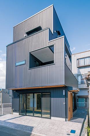 黒いガルバリウム鋼板で覆われ、クールな装いのT邸。訪れた人を迎える1階は道路側を大きく開き、2階は外壁でほどよく視線をカット。外観からも緻密なプランがうかがえる