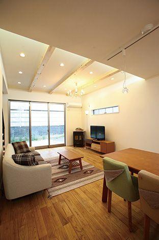 アキヤマ【収納力、自然素材、省エネ】SE構法ならではの梁表しの天井や大きな窓が特徴的。冷暖房機器に頼らず自然のエネルギーを利用して、快適な住まいを設計で実現した