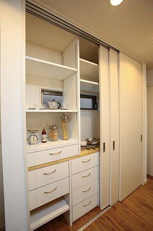 アキヤマ【収納力、自然素材、省エネ】対面キッチンの背部、スライド扉の付いた大容量収納