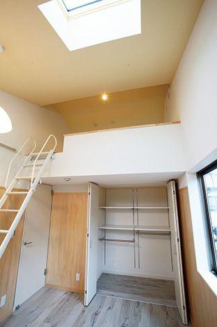 アキヤマ【収納力、自然素材、省エネ】2階の子ども部屋は、勾配天井を活かしてロフトと天窓を