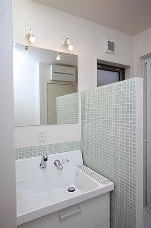 アキヤマ【収納力、自然素材、省エネ】シンプルなタイルで清潔感あふれる洗面台