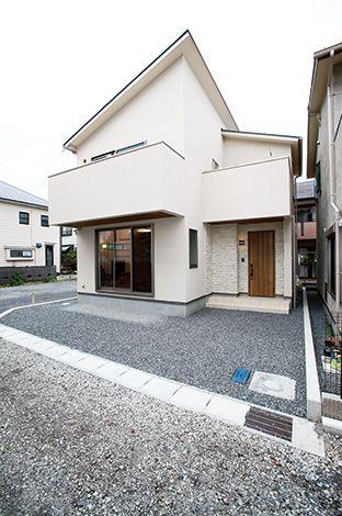 アキヤマ【収納力、自然素材、省エネ】玄関まわりは木製扉や石組み風のタイル使いでナチュラルに