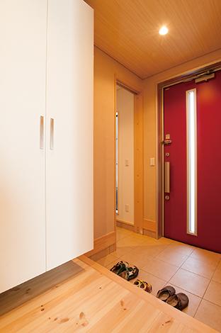 アキヤマ【子育て、自然素材、省エネ】玄関にシューズクロークと天井までの収納を用意。生活空間に不要なものが持ち込まれることがなくなり、すっきりが保たれる