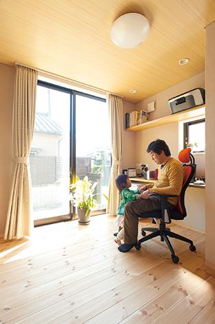アキヤマ【子育て、自然素材、省エネ】ご主人たっての希望だった書斎は、「2階の隅のほうにあると、こもってしまうから」(ご主人)との理由でLDKの一角に。開放的な空間同様、家族の関係もオープンだ