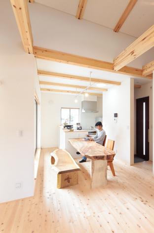 アキヤマ【デザイン住宅、子育て、自然素材】壁は珪藻土、床は無垢の檜。自然素材に囲まれたやさしい住まい