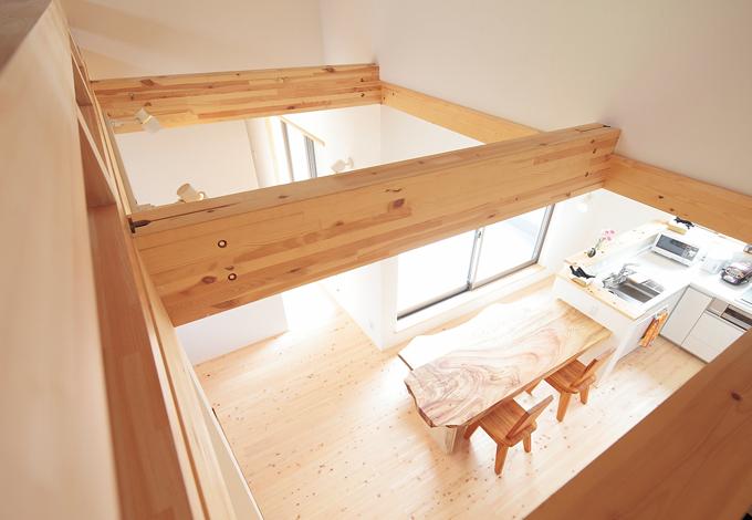 アキヤマ【デザイン住宅、子育て、自然素材】開放感あふれる吹き抜けの空間。木の香りいっぱい、明るく爽やかなリビング