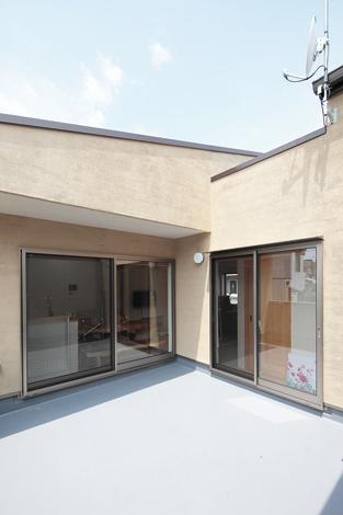 アキヤマ【デザイン住宅、子育て、自然素材】広いバルコニーには樽風呂と風力発電を設置するそう