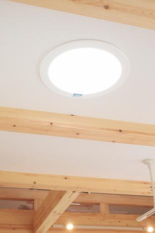アキヤマ【デザイン住宅、子育て、自然素材】ペレットストーブ&スカイライトチューブ。石油の代わりにペレット燃料を使用する「ペレットストーブ」は地球温暖化防止や木質資源の循環利用にも貢献。ま た太陽光を照明として取り入れる「スカイライトチューブ」は電気代不要。自然光を取り入れることで癒し効果も期待できる
