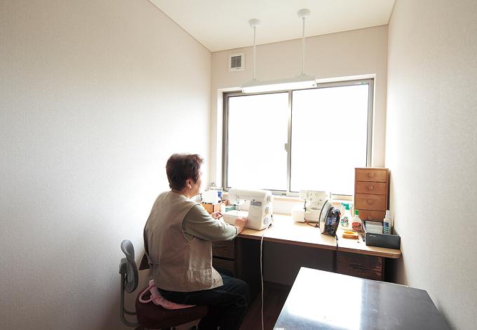 アキヤマ【デザイン住宅、子育て、自然素材】1階はお母様が主役のスペース。フローリングは無垢のナラ。落ち着いた色彩に統一している。家族団欒を楽しむ広いLDKと和室、寝室、そして洋裁を思い 切り楽しめる趣味の部屋も