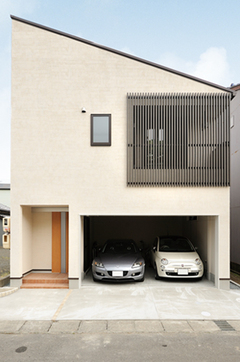 重量木骨の家で実現した2台並列のガレージ