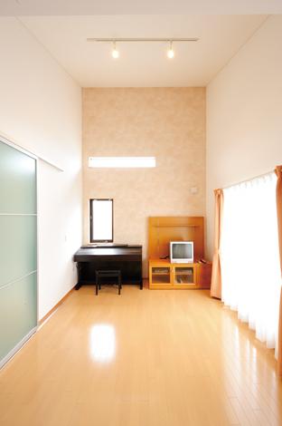 高さのある勾配天井が開放的。窓からの自然光で明るくやさしい空間に…