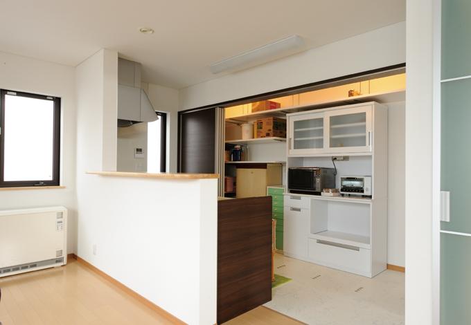 見えない収納でスッキリ!雑な印象になりがちのキッチンも、見えない収納でこの通りスッキリ。引き戸内スペースは食器棚や冷蔵庫などたっぷり収納できる