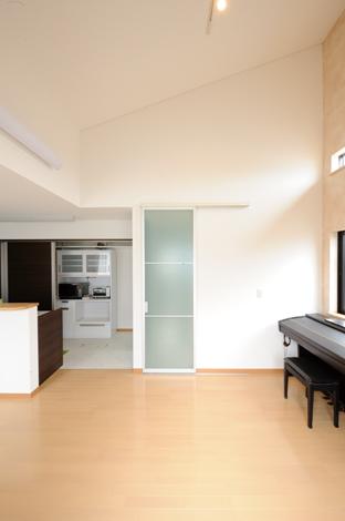 建具を天井までの高さにすることで、広くて開放的な空間に