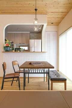 アールの壁やスギ板天井が、温もりを添える住まい