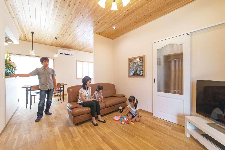 アキヤマ【自然素材、間取り、ガレージ】自然素材がふんだんに使われ、家族がなごめるリビング