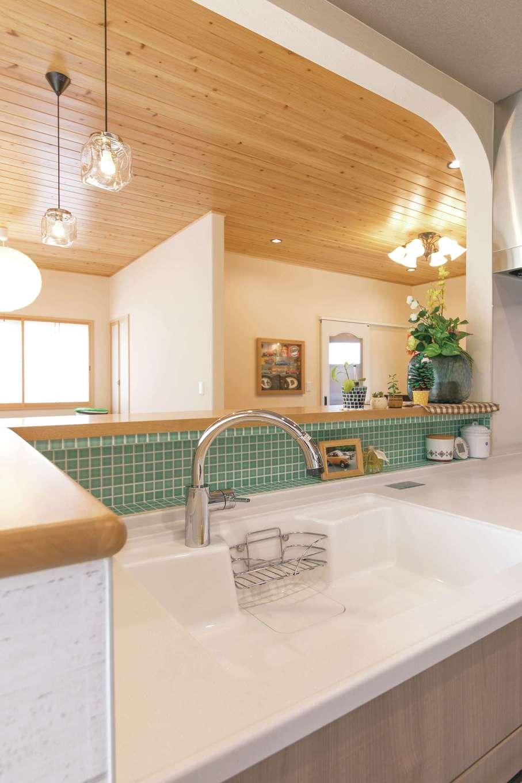 アキヤマ【自然素材、間取り、ガレージ】モザイクタイルのミントグリーンがキッチンのアクセントに