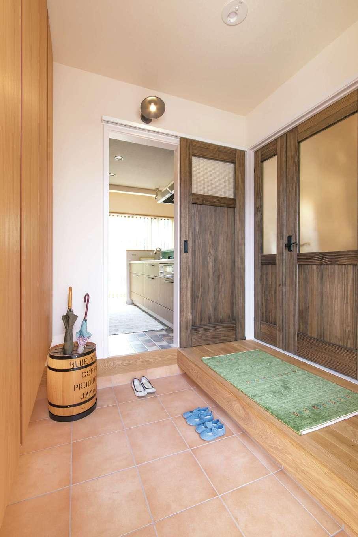 アキヤマ【自然素材、間取り、ガレージ】玄関に入り正面は壁にする予定だったが、ドアを設けるプランに変更。「買い物帰りでキッチンに直行できて助かります」と奥さまお気に入りの家事ラク動線になった。