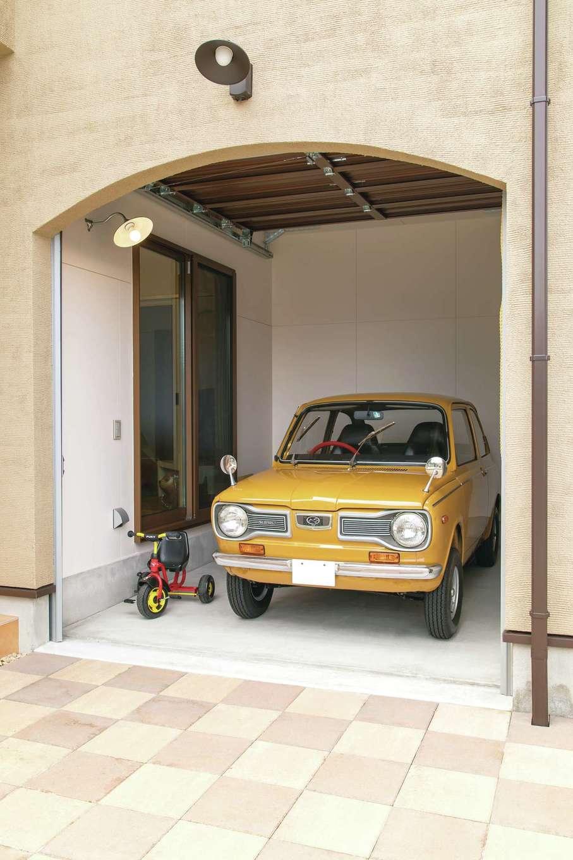 アキヤマ【自然素材、間取り、ガレージ】レトロな愛車が収まったビルトインガレージ