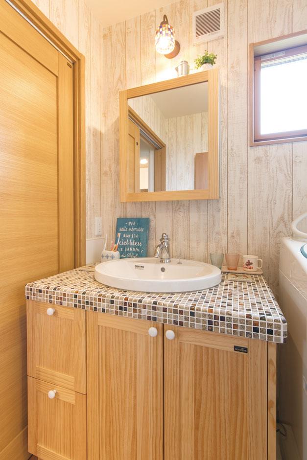アキヤマ【自然素材、間取り、ガレージ】モザイクタイルのカウンターに円形のボウルと、好みのアイテムを組み合わせた造作の洗面台