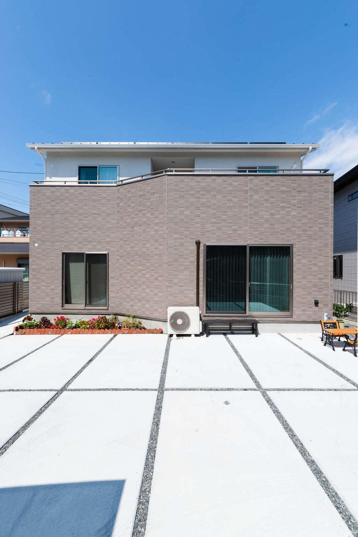 真南よりも日当たりのいい好立地に建つK邸。塗り壁とサイディングのツートンカラーの外観は、上品で飽きのこない佇まい。駐車場もたっぷり確保できた