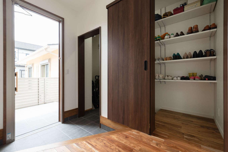 ゆったりとした玄関ホール。大容量のシューズクローゼットと外着専用のポールを設置して、空間をいつもスッキリと保てる