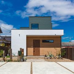 モスグリーンと木目のコントラスト住宅
