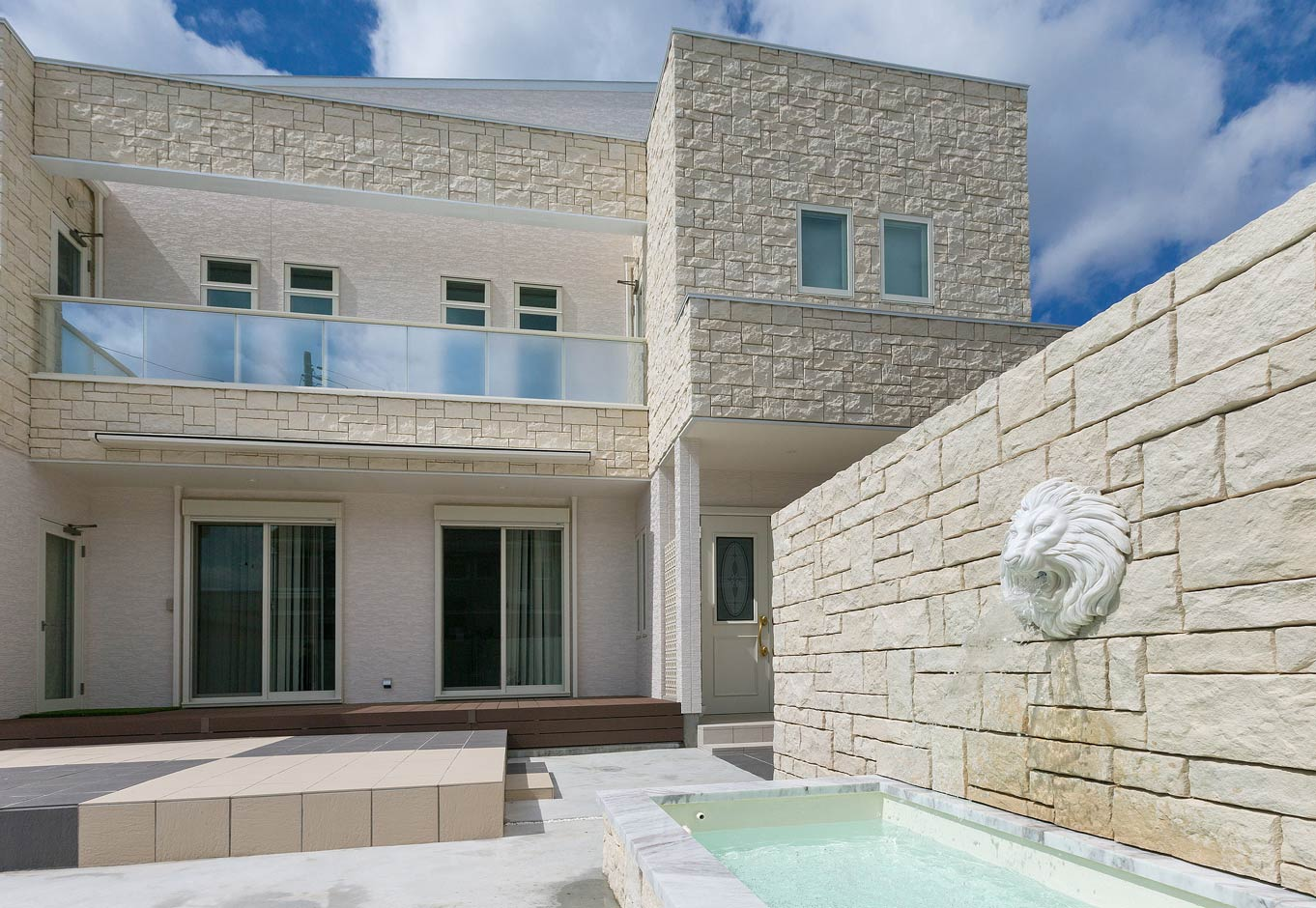 i.u.建築企画【デザイン住宅、建築家、インテリア】壁につけたライオンの口から水盤に水が流れ出る演出が個性的。ヨーロッパの庭園をイメージした中庭