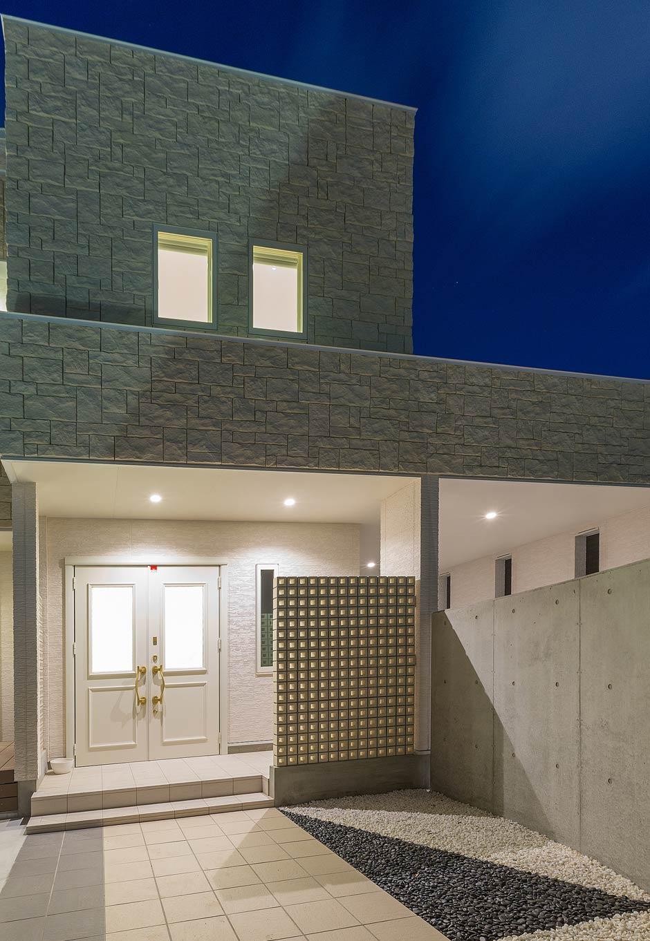 i.u.建築企画【デザイン住宅、建築家、インテリア】ファサードには白い穴あきブロックの壁をモニュメントとして設置。地面は白黒の玉砂利を敷き分けデザイン