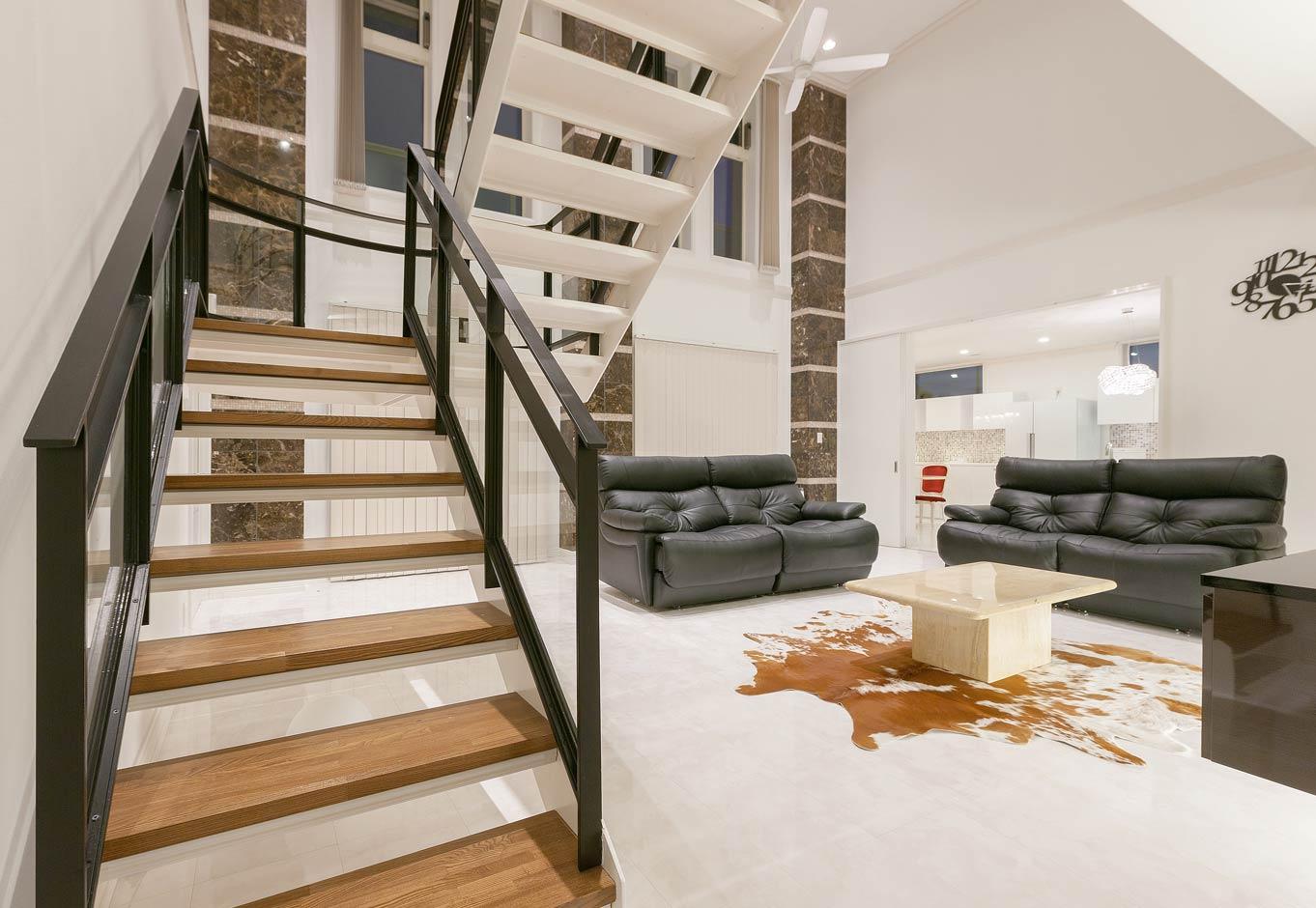i.u.建築企画【デザイン住宅、建築家、インテリア】鉄骨のデザイン階段。開放感を持たせるため手摺はガラスを使用。踊場部分は曲線となっている