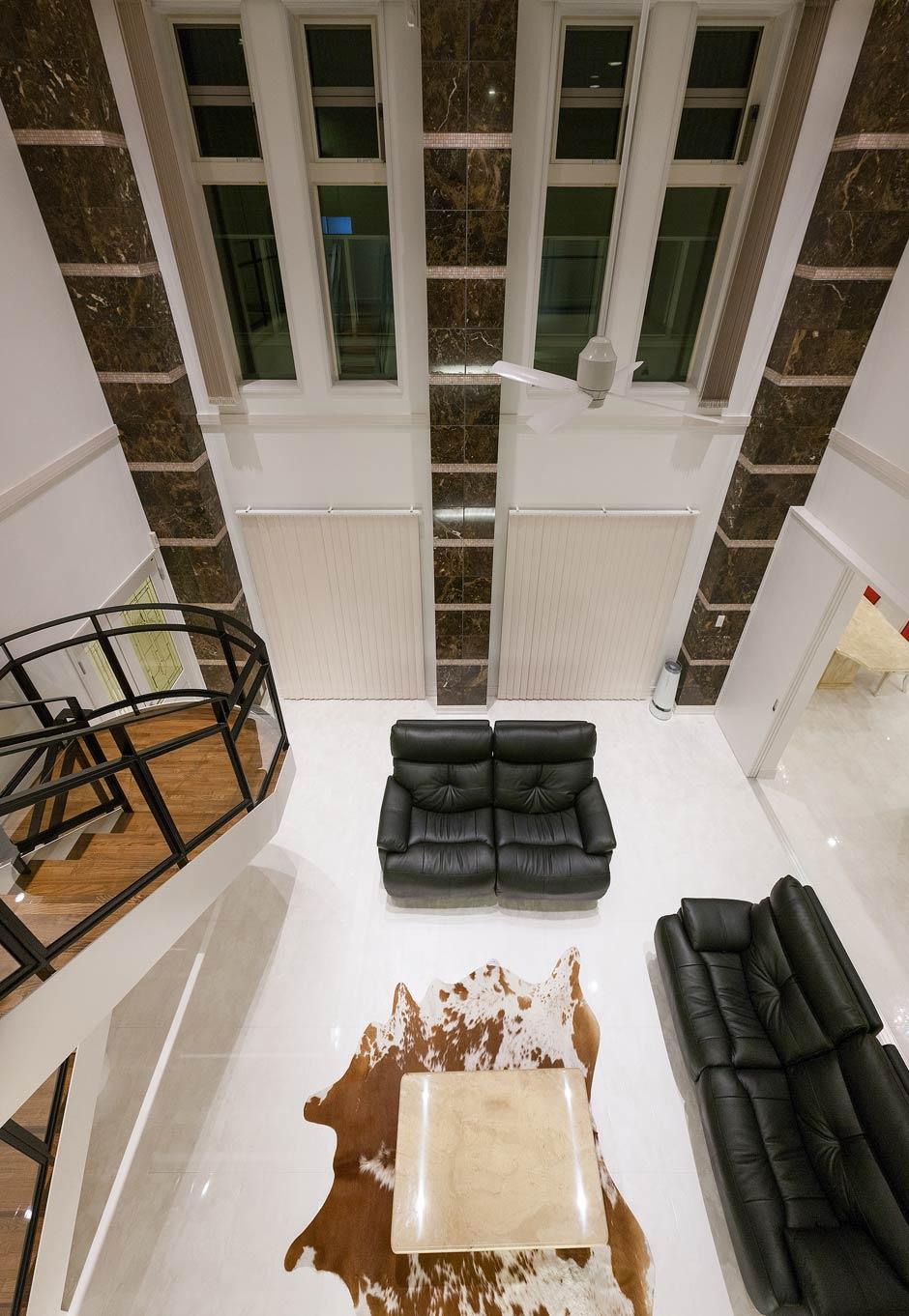 i.u.建築企画【デザイン住宅、建築家、インテリア】吹抜けからリビングを見下ろす。三本の大理石の柱がヨーロッパの伝統的なバロック建築様式の雰囲気を