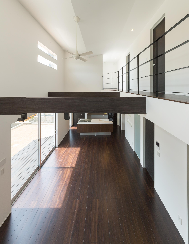 i.u.建築企画【デザイン住宅、建築家、インテリア】大空間のLDK。南面の大きな窓からウッドデッキへと続く。キッチンはオープンで使い勝手の良いセンターキッチン