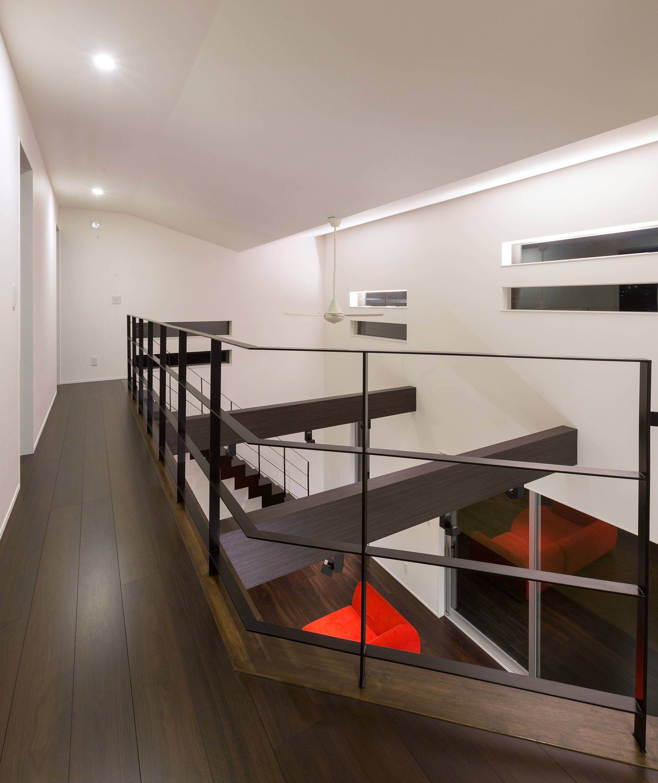 i.u.建築企画【デザイン住宅、建築家、インテリア】吹抜けの天井はV字型のシャープなデザインに。スリット窓の下に間接照明を仕込み天井を照らす