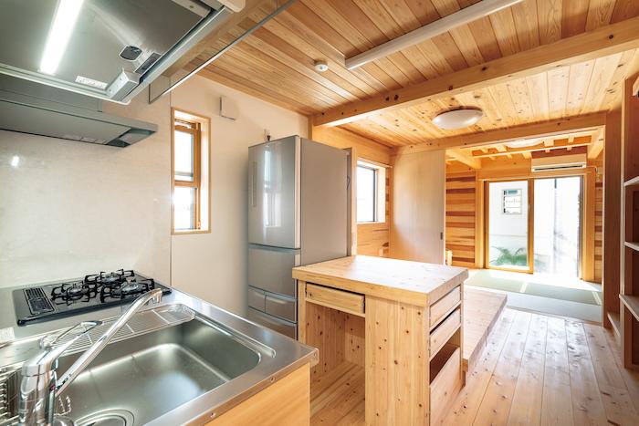 鳥坂建築【和風、趣味、自然素材】造作の作業台や家電用ラックは使い勝手もいい
