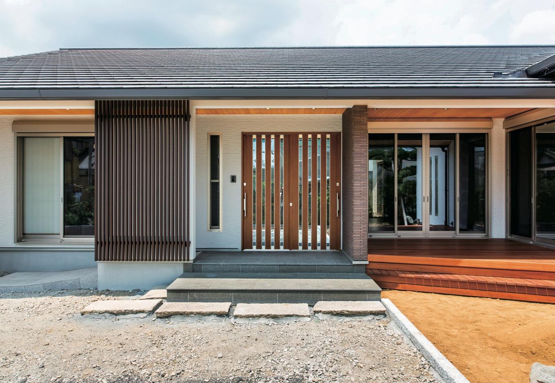 鳥坂建築【和風、自然素材、平屋】大屋根のフォルムが安心感を放つ。深めの軒天に張られたヒノキが和の趣きと清々しさを添える
