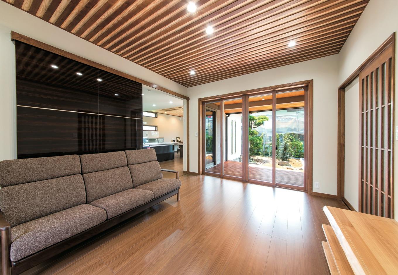 鳥坂建築【和風、自然素材、平屋】デッキから光、風、緑が招かれるリビング。タモとスギの天井、シックな建具など職人の技が光る