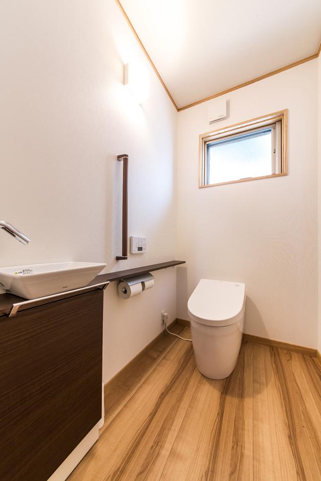 鳥坂建築【和風、自然素材、平屋】将来に備え、トイレはもちろん、廊下も広めに。おばあさまの部屋から水回りへの動線にある照明には、人感センサーが採用されている