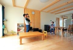 4世代7人の暮らしを包み、心地よい風が吹き抜ける家