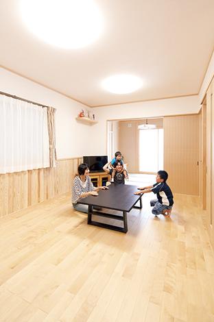 鳥坂建築【収納力、趣味、狭小住宅】無垢の床が心地いい、シンプルさが際立つリビング。必要最小限の家具しか置かないため、腰板もその存在感を増す