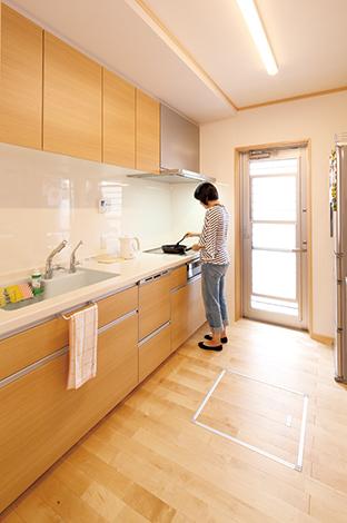 鳥坂建築【収納力、趣味、狭小住宅】キッチンはあえて独立型に。今まで使っていた食器棚のサイズに合わせつつ、背面にゆとりを持たせた空間で、作業もはかどる