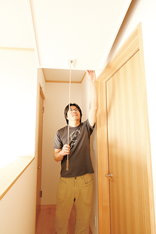 鳥坂建築【収納力、趣味、狭小住宅】小屋裏収納へは、普段は2階ホール上部に収まっているはしごで。遊びたい盛りのお子さんが誤って上ることもなく安心