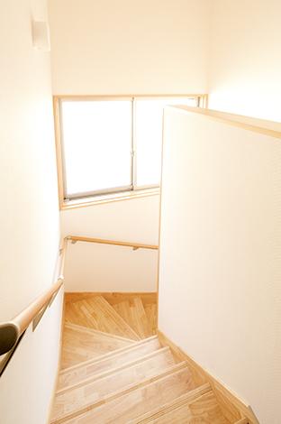 鳥坂建築【収納力、趣味、狭小住宅】北東向きの階段には窓を大きくとってあるので、2階のホールにも充分な明るさが届く
