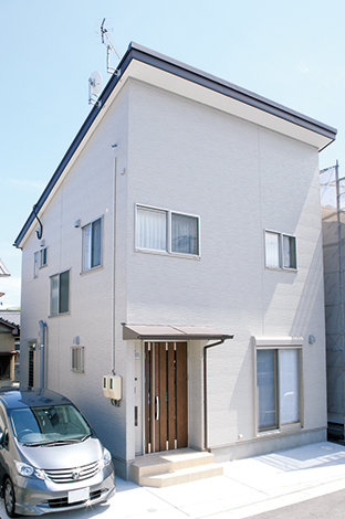 鳥坂建築【収納力、趣味、狭小住宅】台形の土地をうまく活用。駐車場も2台分確保している