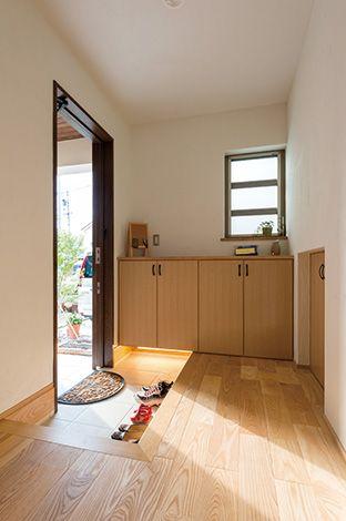 ゆとりある広さのホールを持つ玄関。階段下を利用して、収納を設置