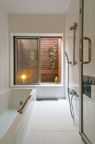 外に出られるスペースが欲しかったという浴室は、まるでリゾートホテルのよう。雑誌で見てイメージを膨らませていた