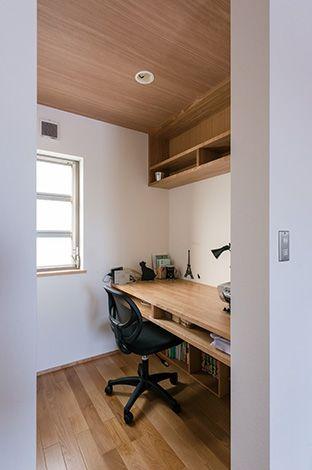 寝室のロフトの下には、カウンターを造作にした書斎が。一方、ウォークインクローゼットには、奥さまのドレッシングスペースを